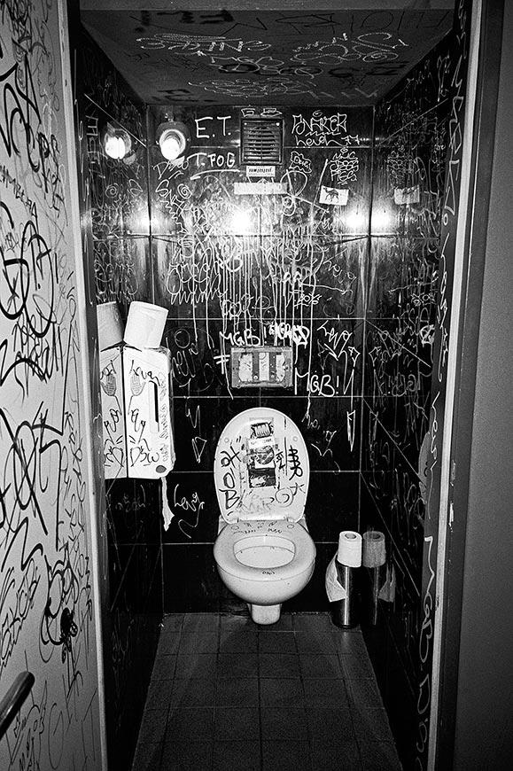 Salon des Amateurs, toilet
