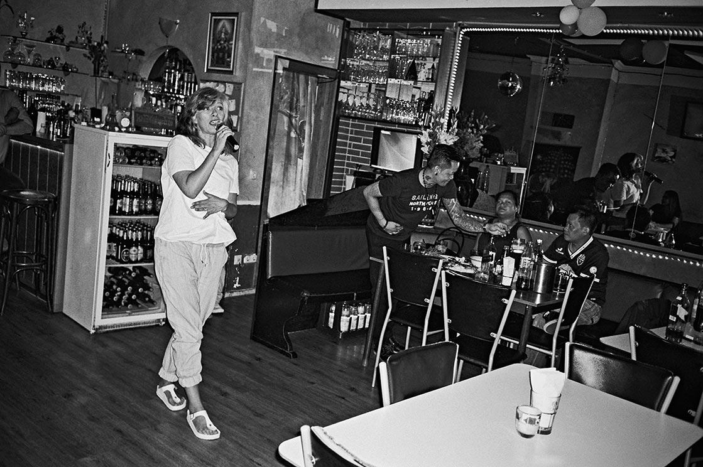 Famai, Famai Thai Karaoke, FotoSchiko, Fotoschiko, fotoschiko, foto schiko, Foto Schiko, Schiko, Andreas Schiko, analog, Olympus mju2, b/w, schwarz-weiss, s/w, T-max400,