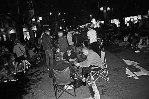 Pokemon go, Köbrücke Düsseldorf, analoge Photographie, analoge fotografie, analoge photos, analoge fotos, analogphotographie, analogfotografie, analoge bilder, schwarz-weiss bilder, schwarz-weiss photos, schwarz-weiss fotos, analog, Schiko, FotoSchiko,
