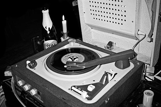 analog photography, Monsieur 77, Kassette Düsseldorf, Vinyl, analoge Fotografie, Analoge Bilder, Contax T3, Tmax400, sw, Schwarz-Weiss, Schwarzweiss, bw, Black and white, bnw, Jazz, Jazzmood, Jazzy mood, Turntable, old turntable, oldschool turntable