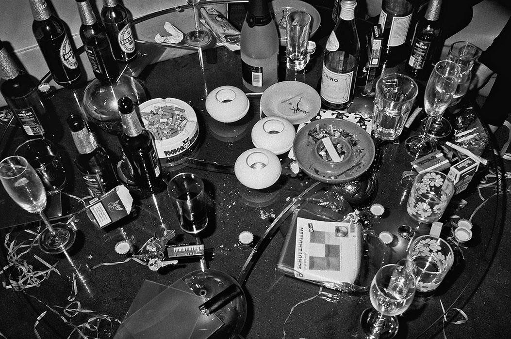 analog, sw, bw, Kodak Tmax400, analoge Fotografie, analog photography, schwarz-weiss, black and white, table, party, party hard