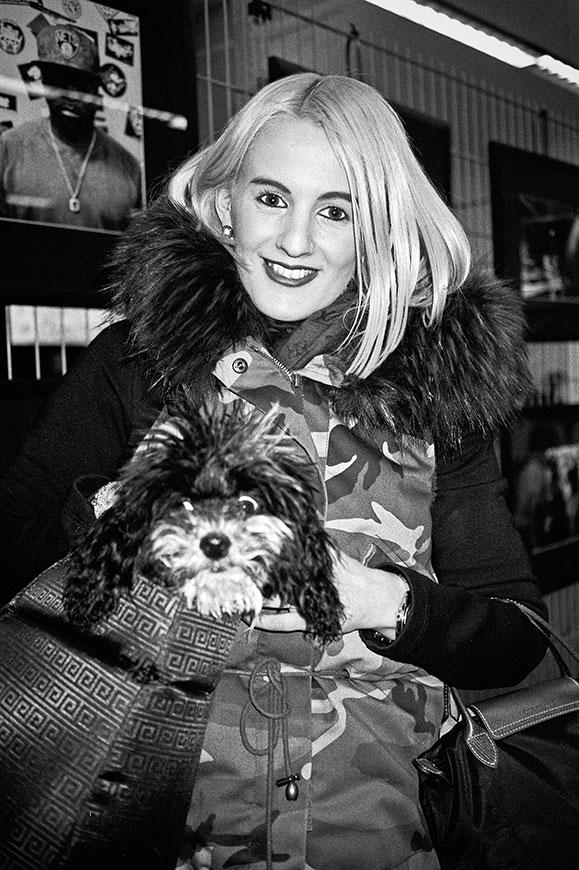 Girl, Girl with dog, girl dog, analogfotografie, analogphotography, bw, sw, Kodak Tmax400