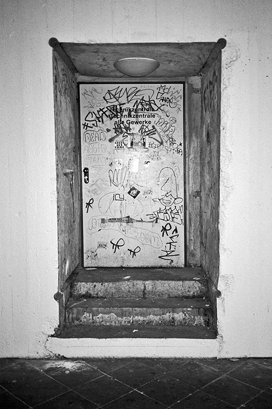 Door, Tür, Beton, Analog, Analogphotography, Analogfotografie, Olympus mju 2, Point and shoot, Kodak Tmax 400, Stay broke shoot film, Film is not dead