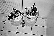 analog, analogfotografie, analogphotography, olympus XA, Agfa APX 100, Xtol, black and white, schwarz-weiss, point and shoot, beer, bottles, bag, kitchen