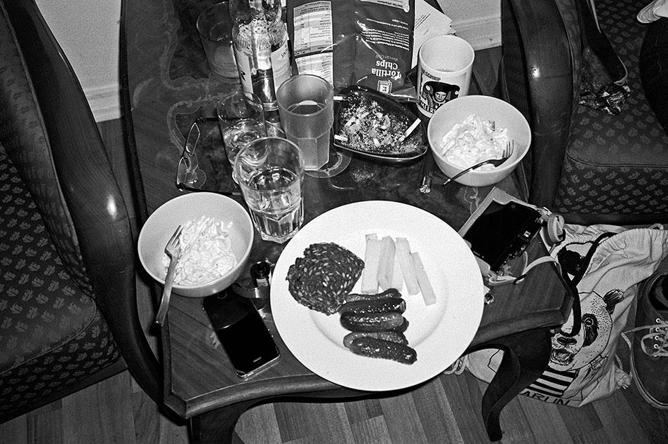 analogphotography, analogfotografie, filmfeed, 35mm, 35mmfilm, contax t3, kodak tmax400, point and shoot, table, eat, home, düsseldorf, cheap