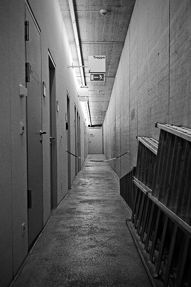 Düsseldorf, sw, schwarz-weiss, bw, black and white, analog, analogphotography, analogfotografie, Leica, Leica minilux, Kodak TMax400, point and shoot, pointandshoot, filmisalive, filmvorever, 35mm, 35mmfeed, filmfeed, KIT, Kunst im Tunnel, Rheinufer, Mus