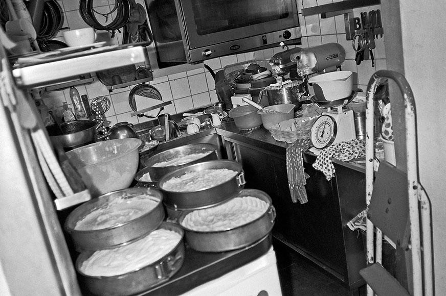 Kucheneck, düsseldorf, bäckerei, kuchen, kaffee, cafe, analogphotography, analogfotografie, filmfeed, 35mm, 35mmfilm, contax t3, kodak tmax 400, point and shoot, musicphotography, deutschrap, docu, documentary, fotoreportage, photostory, bw, black and w