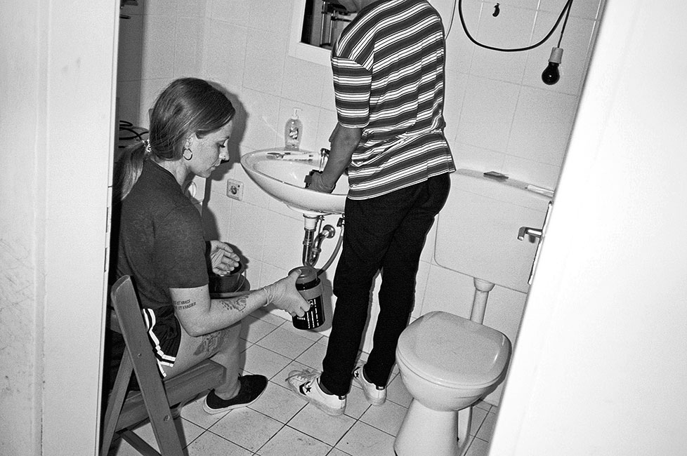 analogphotography, analogfotografie, filmfeed, 35mm, 35mmfilm, Leicaminilux, kodak tmax 400, point and shoot, laboratory, bathroom, analogphotography, filmtank