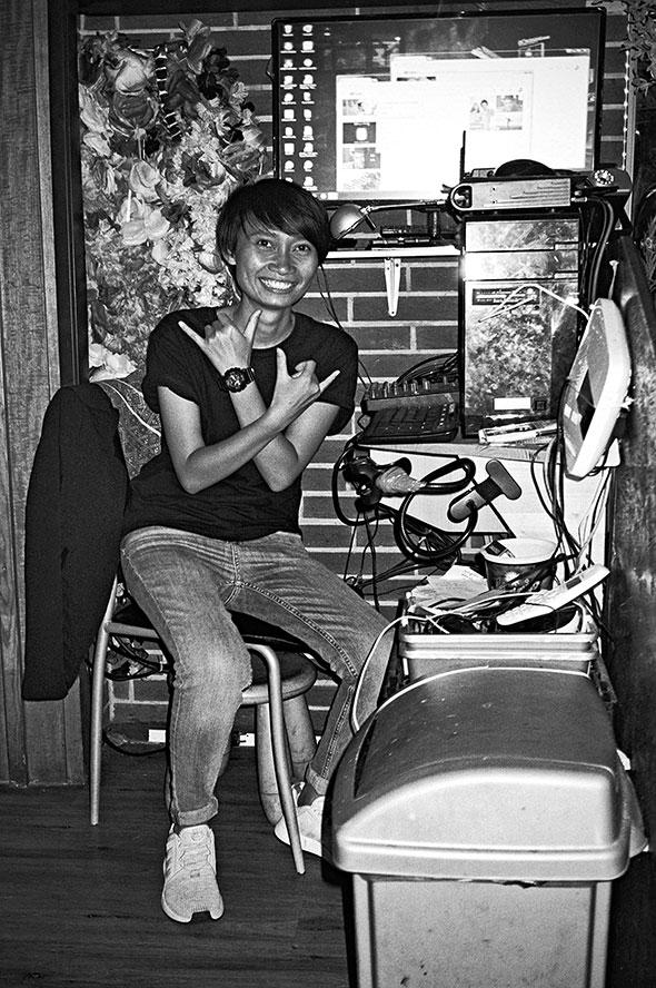 analogphotografie, compactcamera, yashica t3, party, electronic, 35mm, 35mm feed, photoblog, fotoblog, sound of düsseldorf, point and shoot, famai, karaokebar, düsseldorf