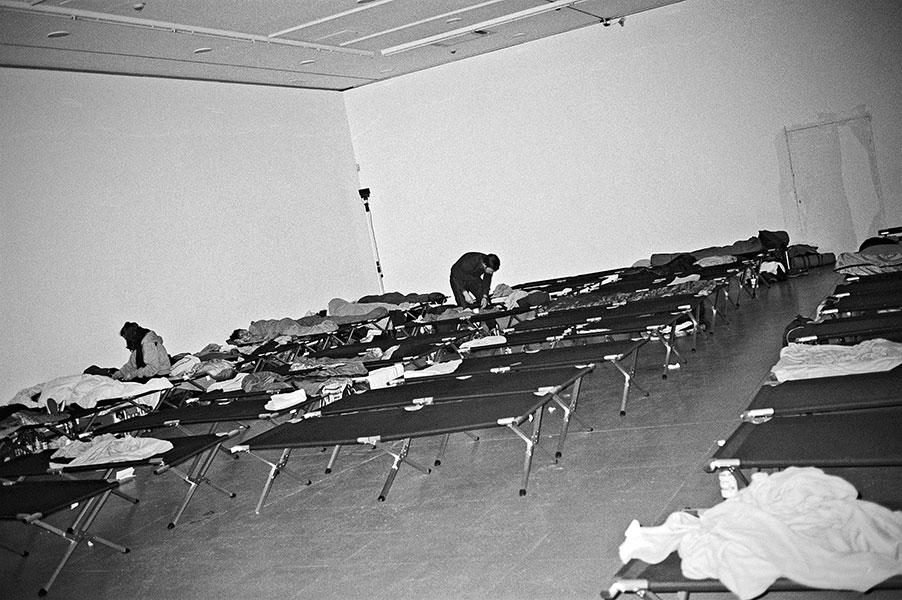 NRW Forum, analogphotography, Leica minilux, Meta Marathon, Düsseldorf, Düsseldorf Museum, Schlafraum, Feldbetten, Kodak Tmax 400, analogfotografie,