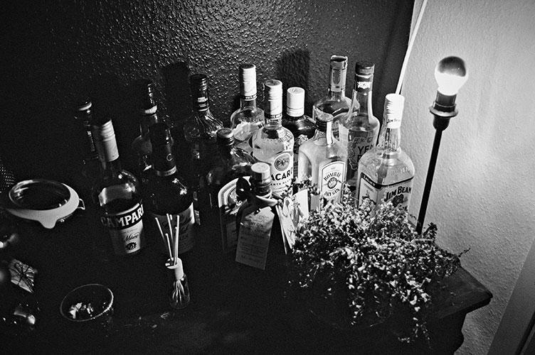 Analogfotografie, analogphotography, analog, 35mm, Canon AE1, Canon AE1 Program, sw, bw, b/w, s/w, filmgrain, analoge Fotografie, analog photography, bottles, Kodak Tmax 400