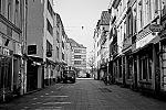 Kurze Strasse, Altstadt, covid 19, Düsseldorf, analog, analogfotografie, analogphotography, Kodak Tmax 400, Leica, Leica minilux, sw, bw