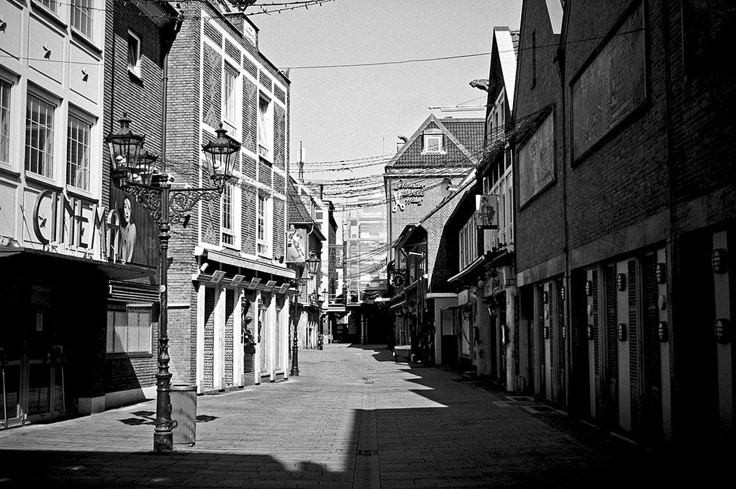 Schneider Wibbel Gasse, Altstadt, covid 19, Düsseldorf, analog, analogfotografie, analogphotography, Kodak Tmax 400, Leica, Leica minilux, sw, bw