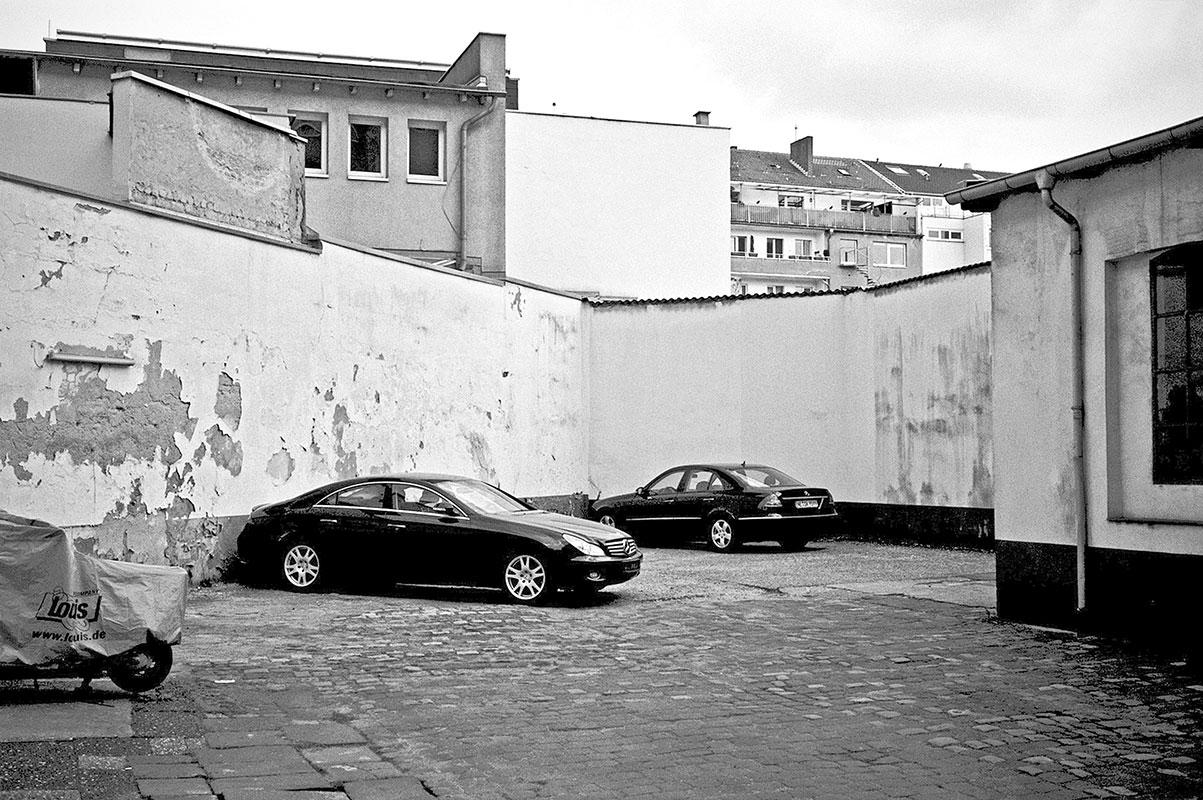 Parkplatz, parcing place, Mercedes, covid 19, Düsseldorf, analog, analogfotografie, analogphotography, Kodak Tmax 400, Leica, Leica minilux, sw, bw
