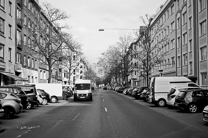 Fürstenwall, Düsseldorf, Bilk, covid 19, point and shoot, analog, analogphotography, analogfotografie, 35mm, on film, kleinbild, sw, bw, schwarz-weiss, leica, leica minilux, Kodak Tmax400,