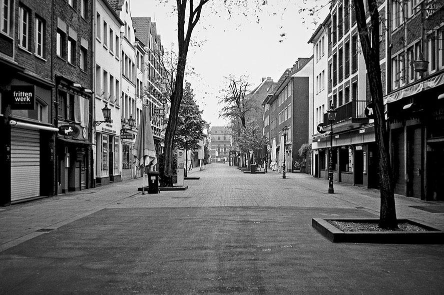 Bolkerstrasse, Düsseldorf, Altstadt, covid 19, point and shoot, analog, analogphotography, analogfotografie, 35mm, on film, kleinbild, sw, bw, schwarz-weiss, Contax, Contax T3, Kodak Tmax400,