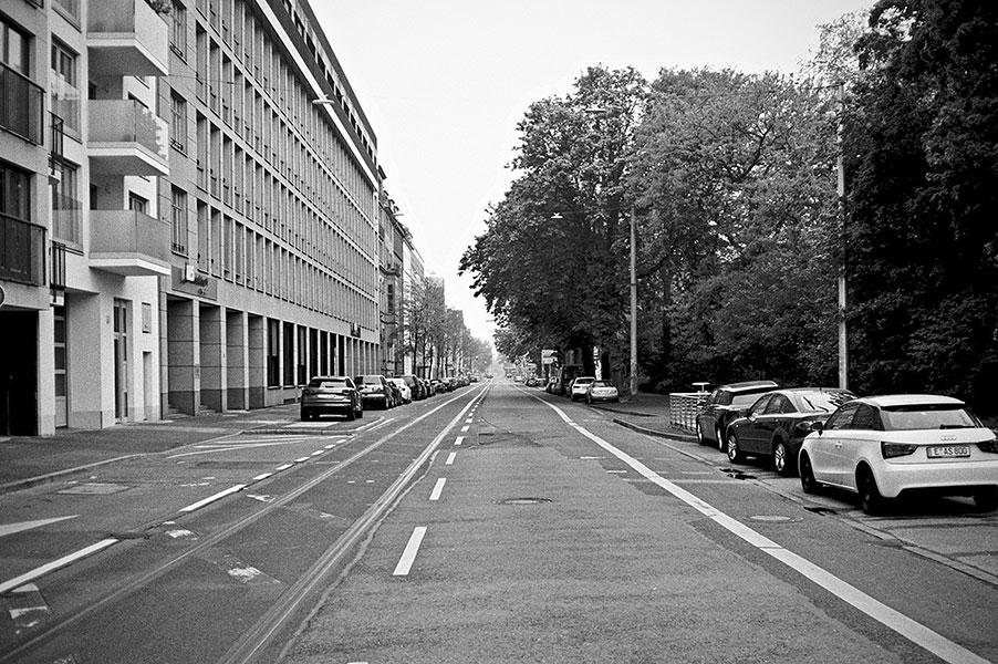 Kasernenstrasse, street, strasse, analog, analogphotografie, analogphotography, black and white, monochrom, point and shoot, covid 19, photoblog, photostory, analog photo blog, Düsseldorf