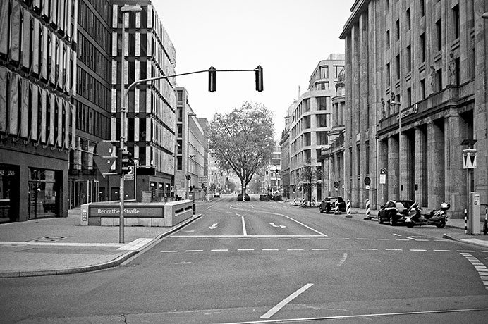 Benrather Strasse, street, strasse, analog, analogphotografie, analogphotography, black and white, monochrom, point and shoot, covid 19, photoblog, photostory, analog photo blog, Düsseldorf