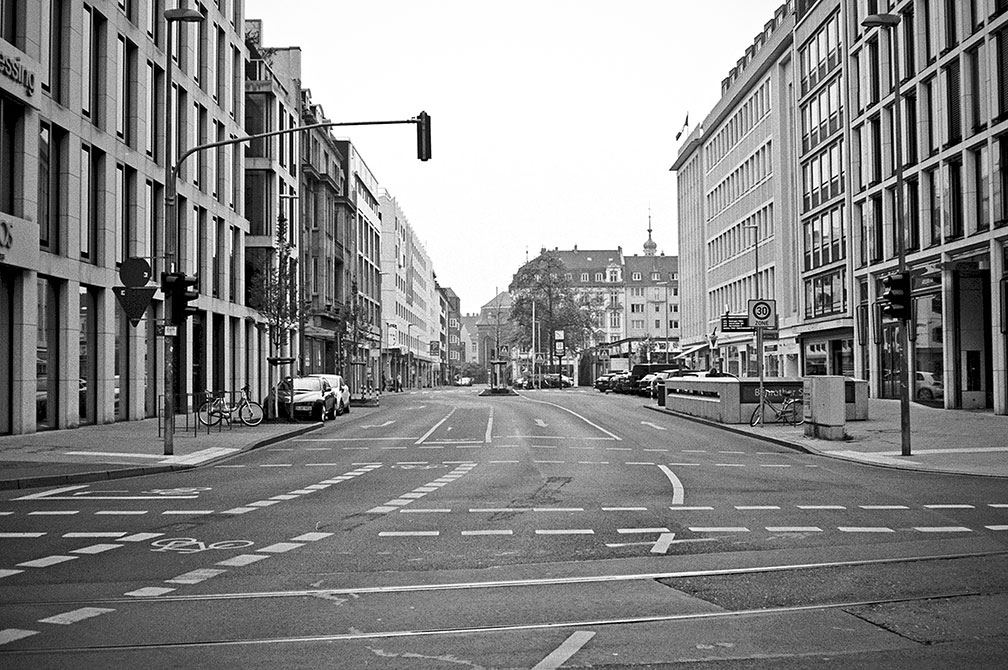 Benrather Strasse, street, strasse, analog, analogphotografie, analogphotography, black and white, monochrom, point and shoot, covid 19, photoblog, photostory, analog photo blog, Düsseldorf
