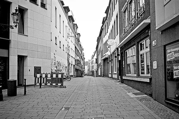 street, strasse, analog, analogphotografie, analogphotography, black and white, monochrom, point and shoot, covid 19, photoblog, photostory, analog photo blog, Düsseldorf, Altstadt
