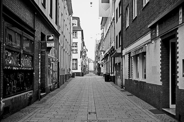 Mertensgasse, Altstadt, street, strasse, analog, analogphotografie, analogphotography, black and white, monochrom, point and shoot, covid 19, photoblog, photostory, analog photo blog, Düsseldorf