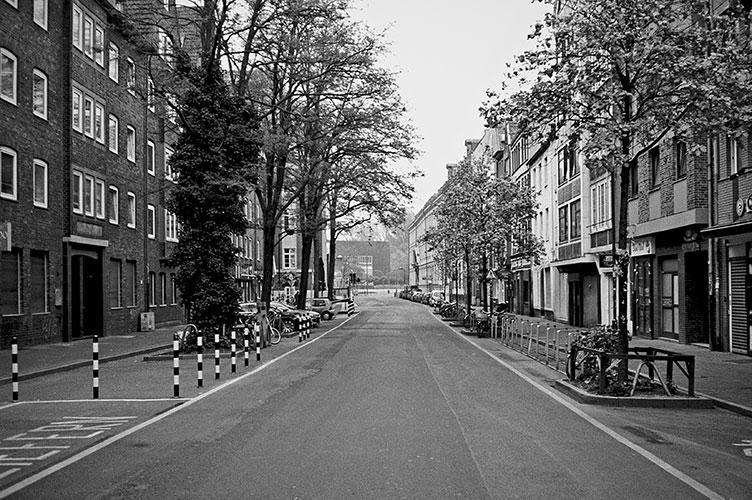 Mühlenstrasse, Altstadt, street, strasse, analog, analogphotografie, analogphotography, black and white, monochrom, point and shoot, covid 19, photoblog, photostory, analog photo blog, Düsseldorf