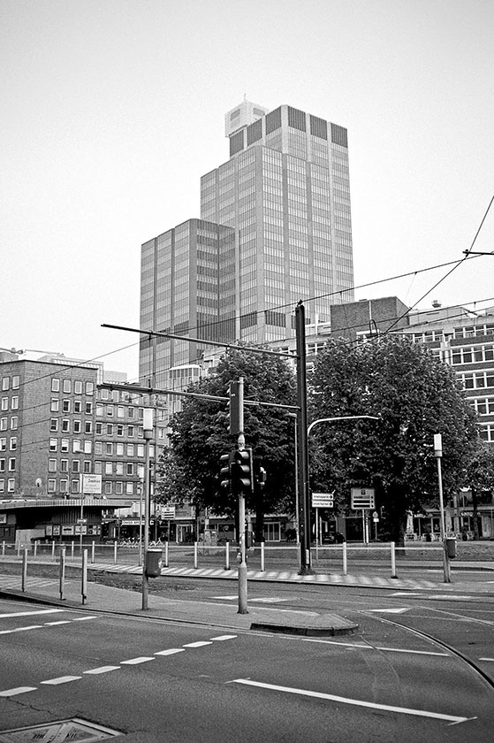Graf-Adolf Platz, street, strasse, analog, analogphotografie, analogphotography, black and white, monochrom, point and shoot, covid 19, photoblog, photostory, analog photo blog, Düsseldorf