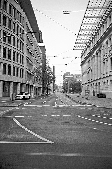 street, strasse, analog, analogphotografie, analogphotography, black and white, monochrom, point and shoot, covid 19, photoblog, photostory, analog photo blog, Düsseldorf