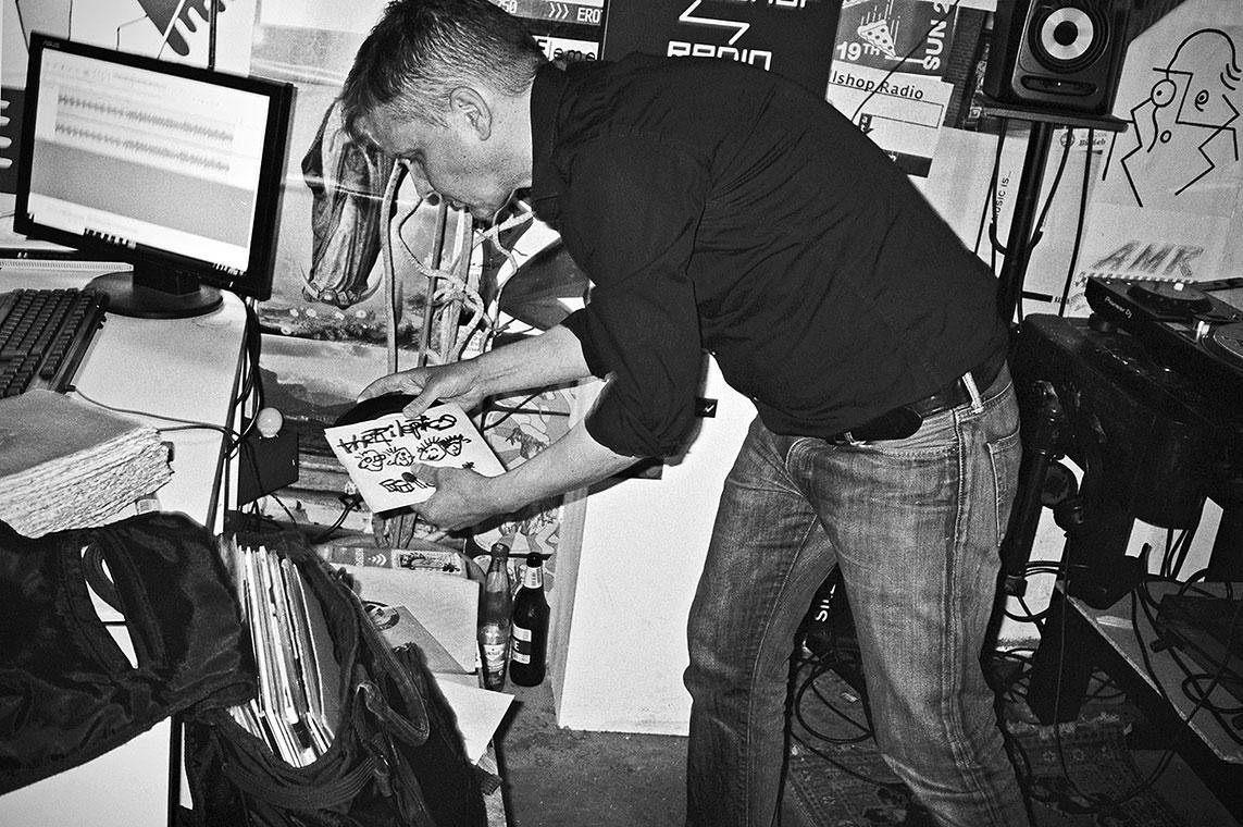 Hitsville record show, Ralf Hitsville, Callshop Radio, Radiosender, Single, Vinyl, Düsseldorf, Dj, analog, analogfotografie, analogphotography, leica, leica minilux, Kodak Tmax 400, point and shoot, 35mm, on film