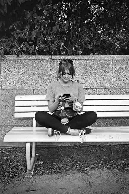New Fall Festival, Festival, Düsseldorf, NRW Forum, Ehrenhof, Summer Edition, Analogfotografie, analogphotography, Olympus mju 2, point and shoot, stay broke shoot film, 35mm, on film black and white, girl, sevice, cellphone, smartphone