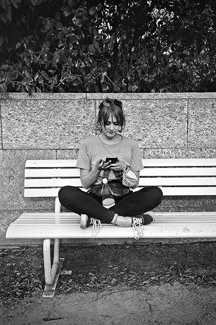 New Fall Festival, Festival, Düsseldorf, NRW Forum, Ehrenhof, Summer Edition, Analogfotografie, analogphotography, Olympus mju 2, point and shoot, stay broke shoot film, 35mm, on film black and white, girl, sevice, cellphone, smartphone